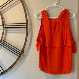 Vibrant blouse with off-the shoulder sleeves